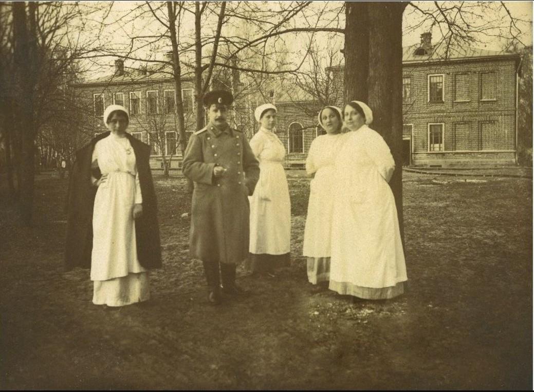 Во дворе Салтыковской больницы. Врач В.Г. Раух с обслуживающим персоналом . 1914