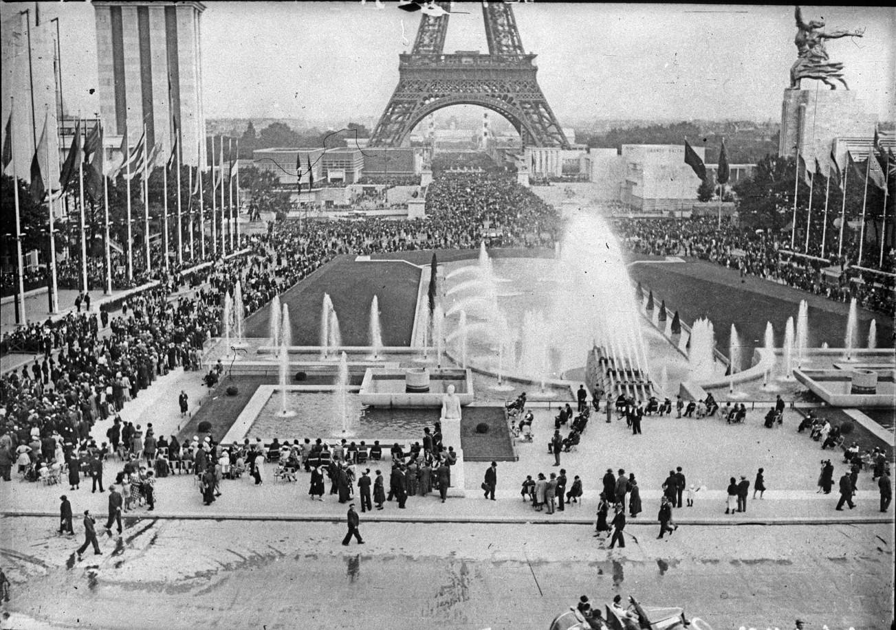 День открытия. Толпа посетителей на эспланаде Трокадеро и мосту Йены. 24 мая 1937