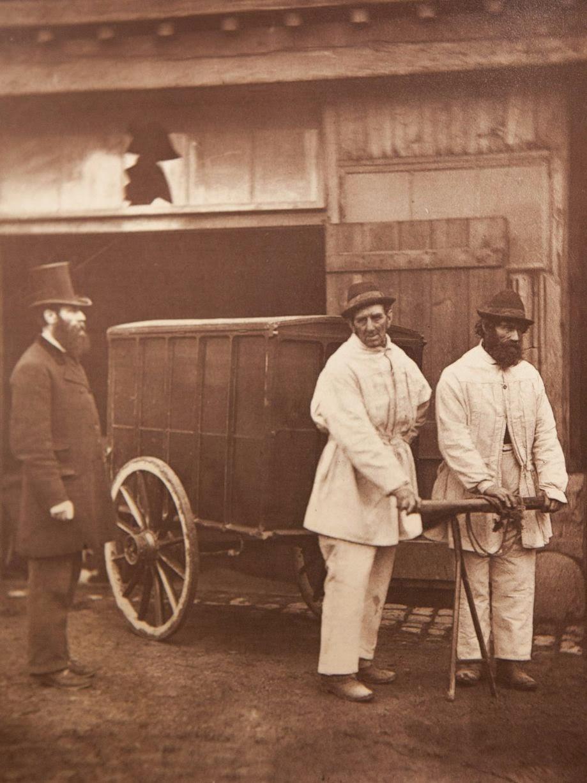 1877. Городские дезинфекторы очищают улицы после вспышки оспы