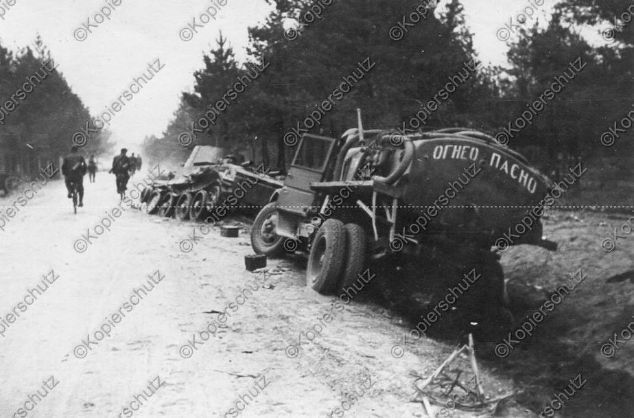 Брошенные ьензовоз на базе ЗИС-5 и танк БТ-7 обр. 1937 г. Белоруссия, лето 1941 года.