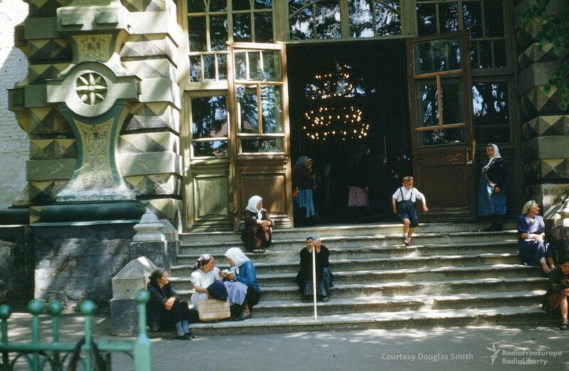 1953с Троице-Сергиевская лавра. Вход в Успенский собор. Martin Manhoff.jpg