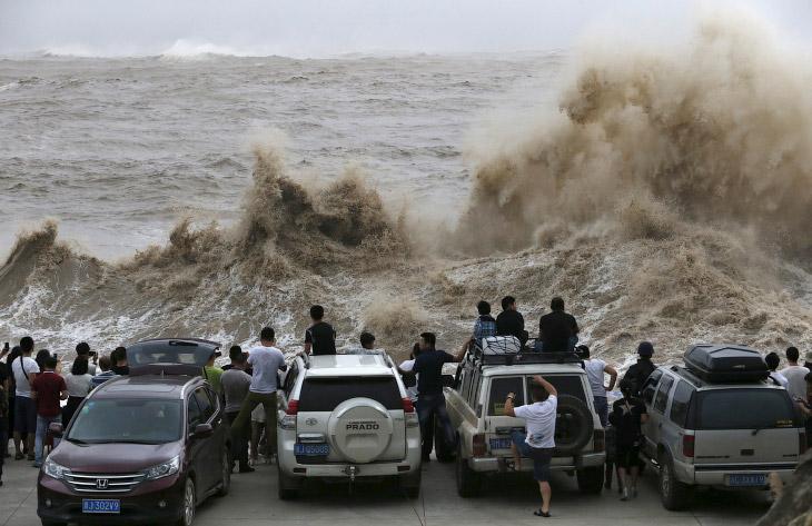 1. Мощный тайфун Чан-хом обрушился на восточное побережье Китая. В некоторых районах стихия при