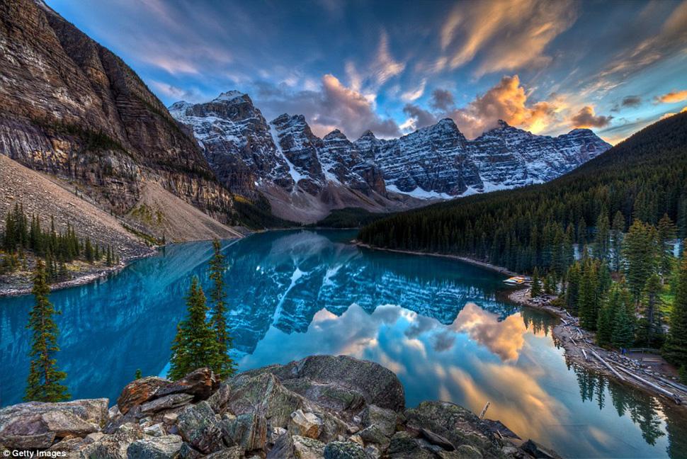Чудесное озеро Морейн с зеркальной поверхностью в национальном парке Банф в Канаде расположено рядом