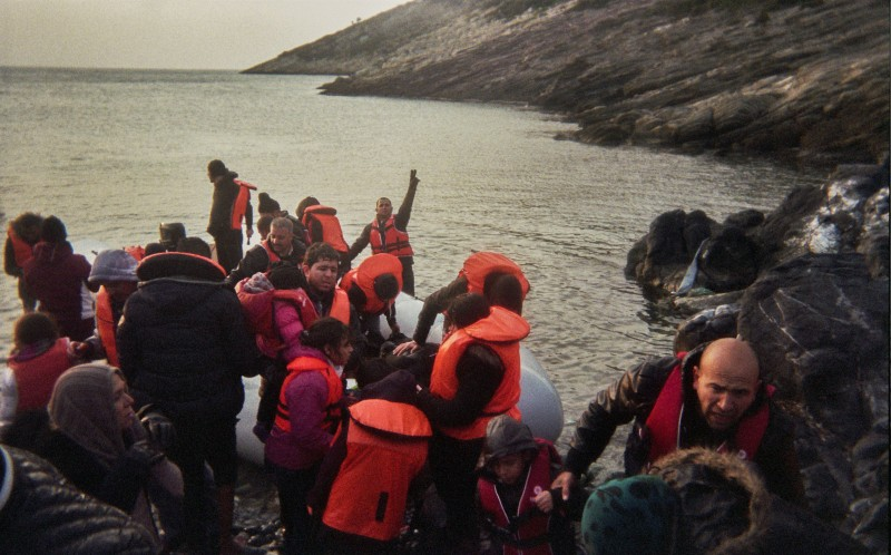 Хамза и его друг Абдулмонем из Сирии фотографировали, как беженцы помогают друг другу выбраться из ш