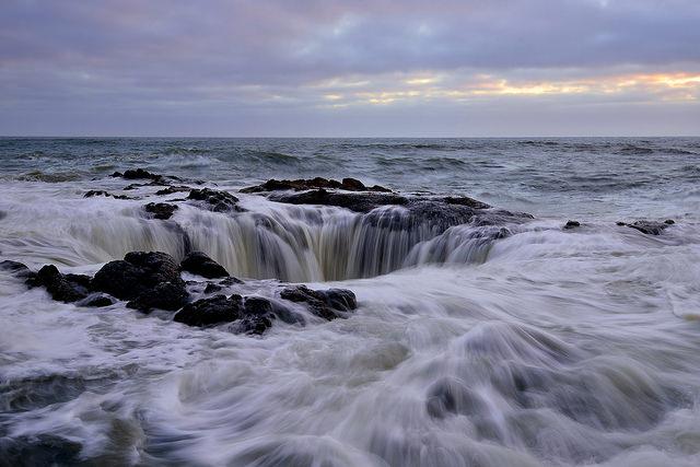 Этот необычный колодец находится намысе Перпетуа вцентральной части побережья штата Орегон. Каменн