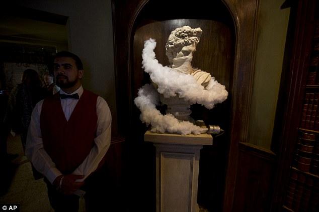 Отель отличается от обычных туристических мест: на постаментах стоят статуи, которые задыхаются от с