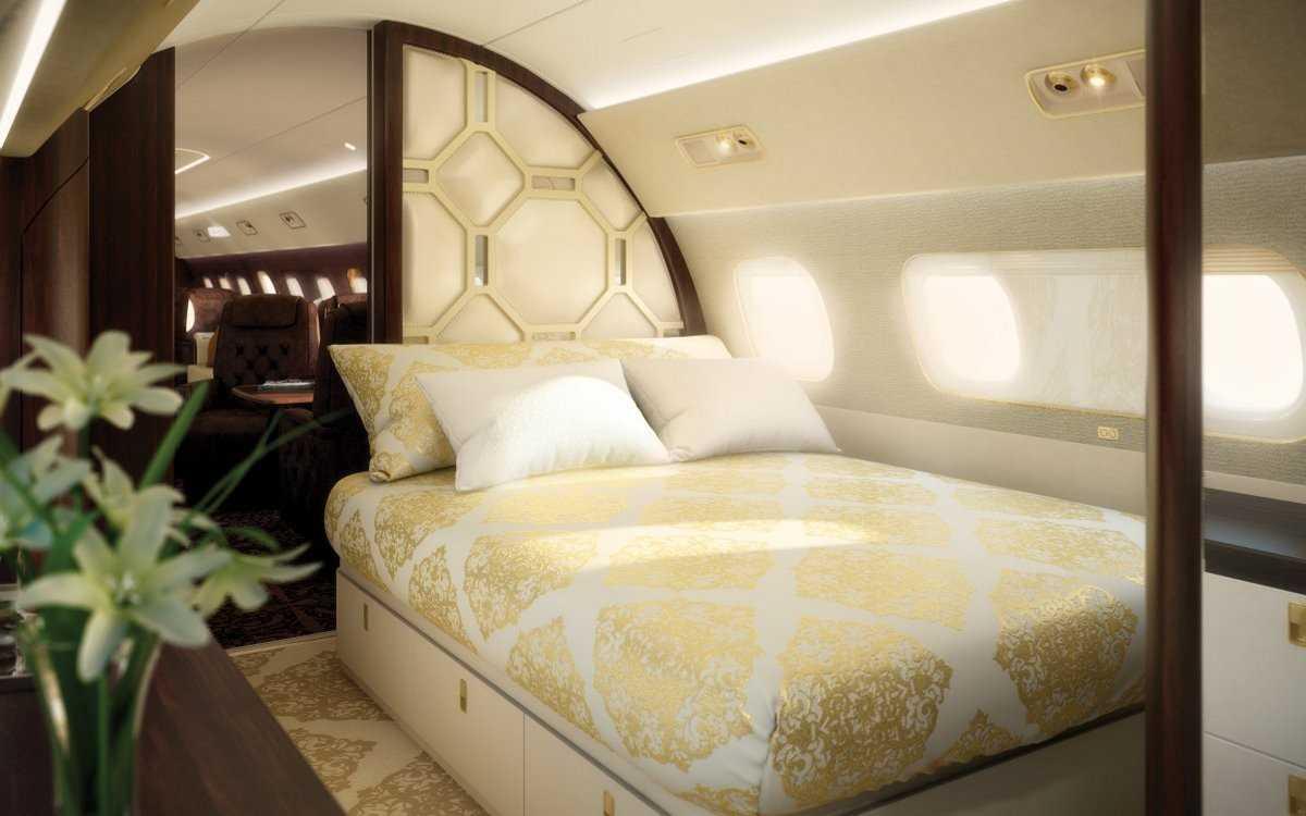 12. В лайнере также есть спальня с большой кроватью и собственным санузлом.