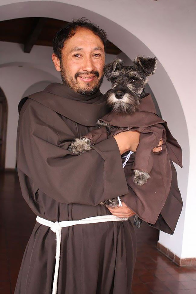 Брат Биготон даже иногда носит рясу. Возможно, наряд тоже на него как-то влияет, и пес всерьез прини