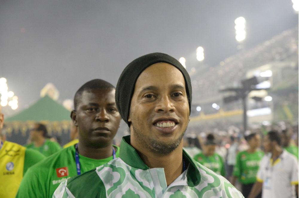 В карнавале участвовал легендарный бразильский футболист Роналдиньо, который сейчас работает официал