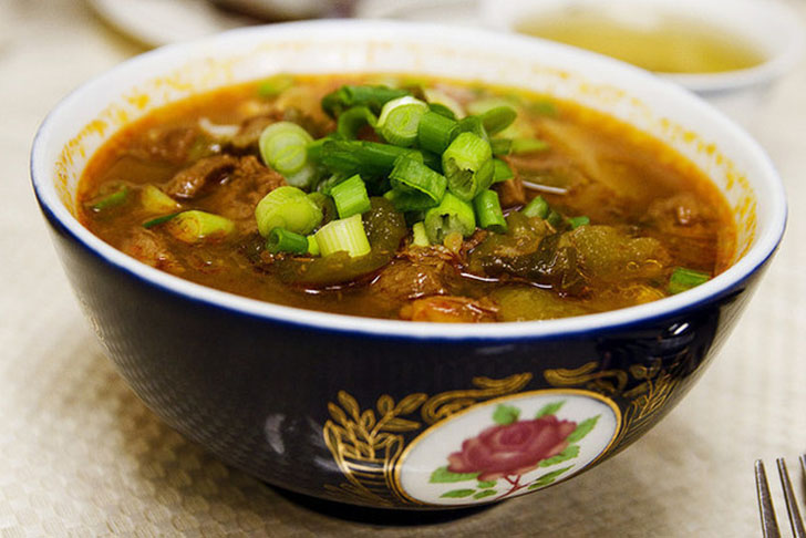 Лагман — это узбекский суп с домашней лапшой, эдакая среднеазиатская версия рамена с очень пряным и