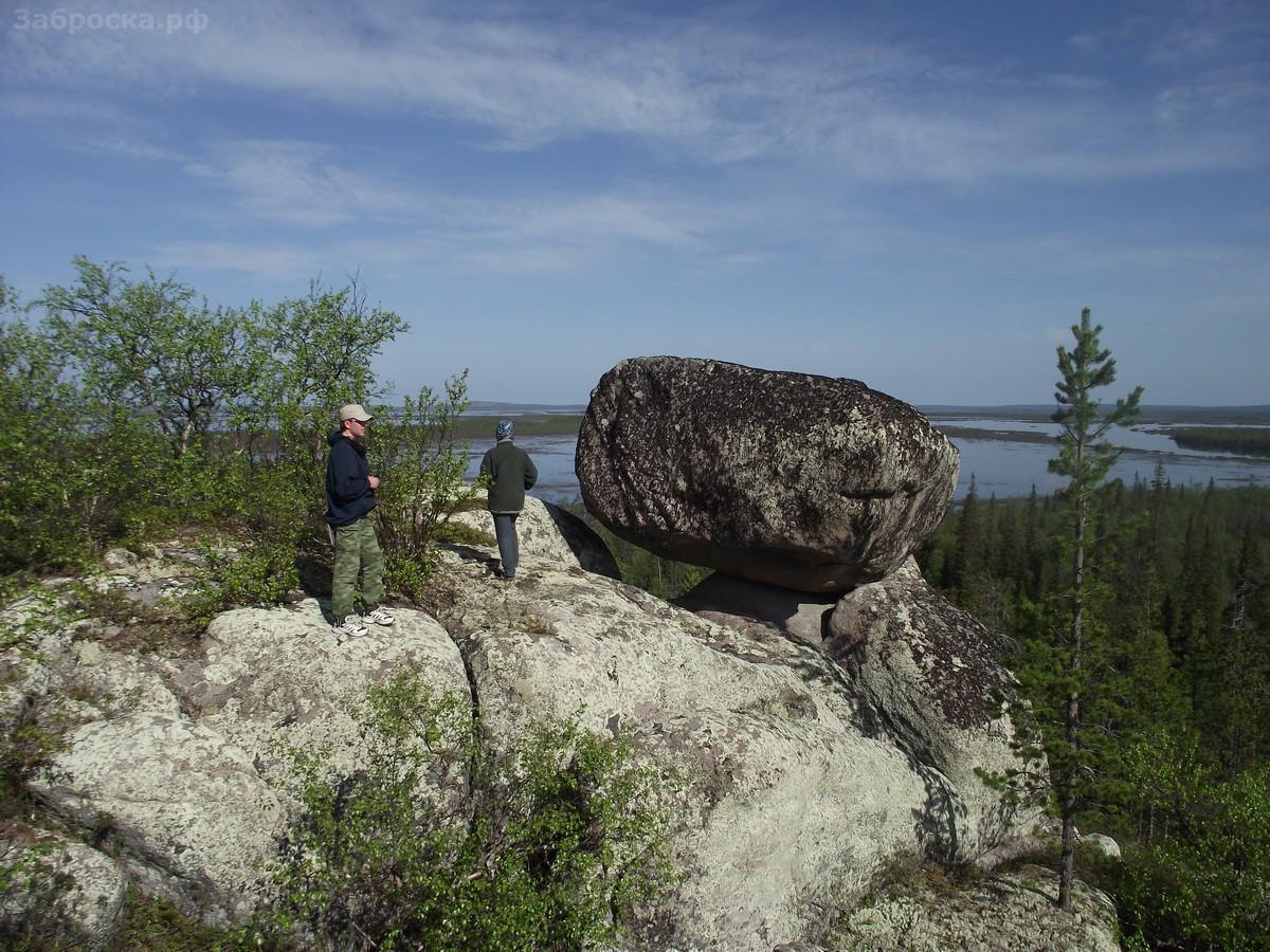 8.? Прошли по Поною и Нижнекаменскому озеру 20 км. Летучий камень нашли быстро — он возвышается над