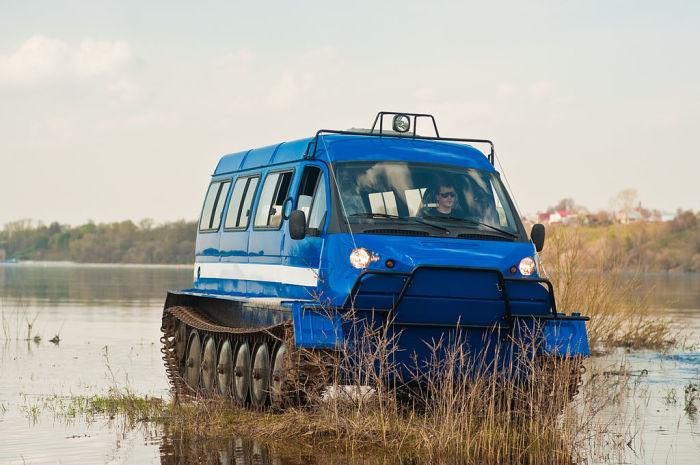 Гусеничный вездеход ГАЗ-34039 «Ирбис» на берегу водоема. Другая модель ЗЗГТ, ГАЗ-34039 «Ирбис», длин