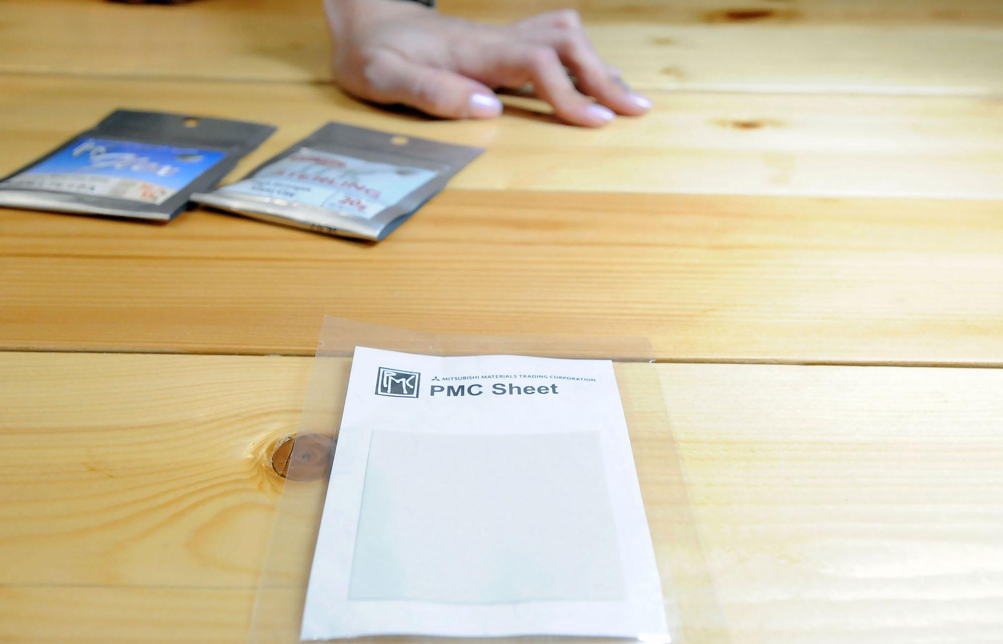 Есть тоненькие пластинки-листочки из пластичного серебра, из которых можно сложить любую фигурку, на