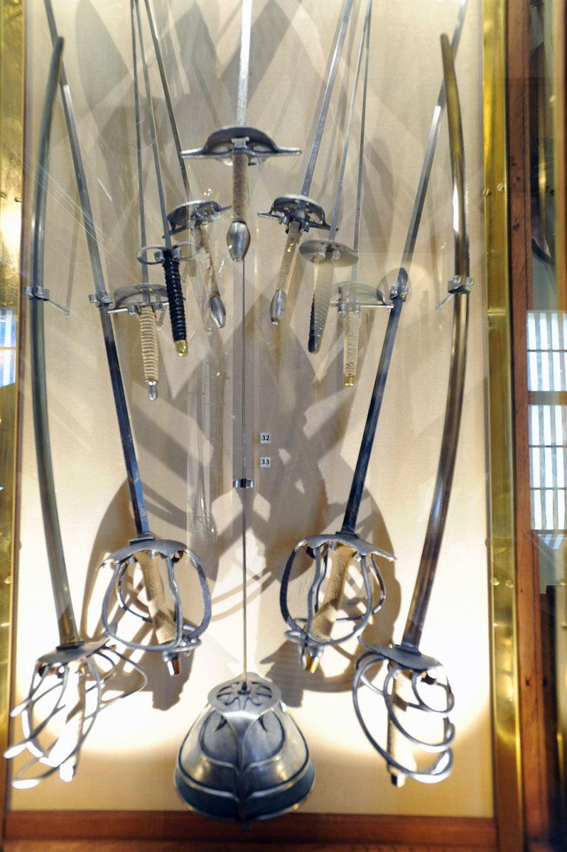 27. Оружейный зал. После комнаты со скелетом этот стенд мне напомнил рентгеновский снимок грудной кл
