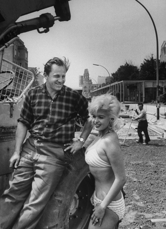 24. Джейн Мэнсфилд с мужем Микки Хартигэем, 1961 г. (Stan Wayman—Time & Life Pictures/Getty Images)