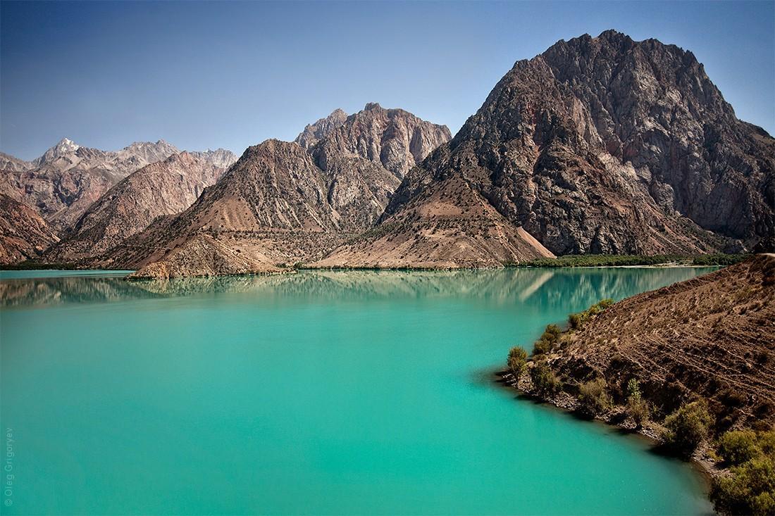 17. Очень известное озеро Искандеркуль, которое находится на высоте 2200 м над уровнем моря. Местные