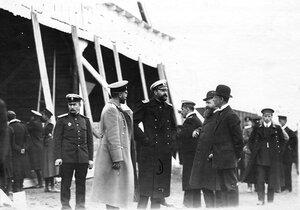Участники праздника воздухоплавания у ангаров ( в группе  великий князь Александр Михайлович, летчик Л.М.Мациевич ).
