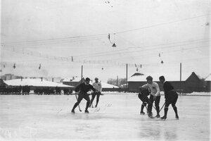 Команды Москвы и Петербурга во время матча на катке для игры в русский хоккей (Обводный канал, 130). 16 февраля 1914