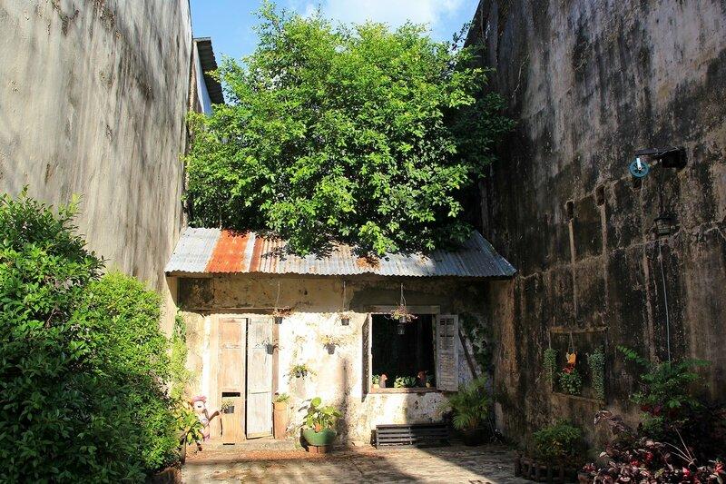 Глухой дворик между домами в старом городе Такуа Па, Таиланл