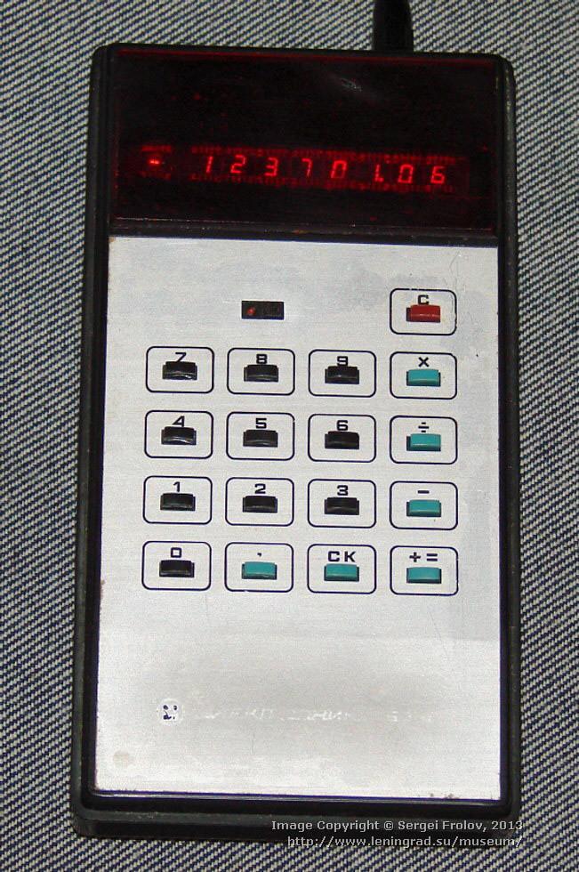 «Электроника Б3-10» — портативный электронный калькулятор, работающий от аккумулятора, 1974 год