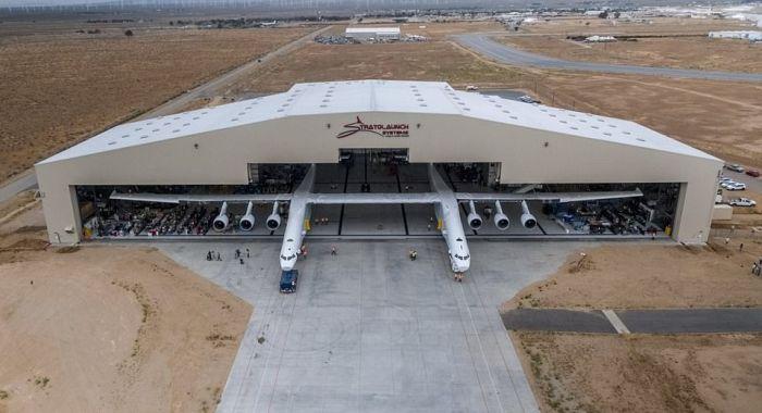 В США приступили к тестированиям самого большого транспортного самолета Stratolaunch