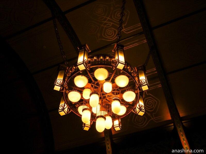 Немецкий трофейный светильник в Романском зале, дом Смирнова