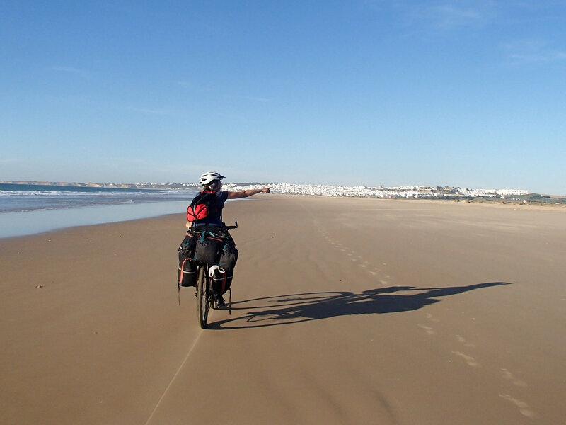 на велосипеде по пляжу на берегу света (costa del luz) возле кониль де ла фронтера (conil de la frontera)