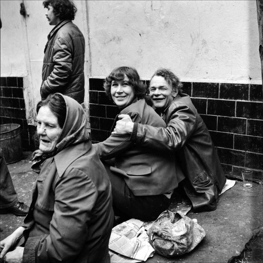 Завсегдатаи пивной на улице Б. Хмельницкого. Москва, 1982 год. Фото © Игорь Стомахин. Покровка, 10.jpg