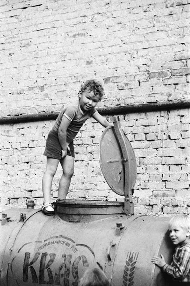 612097 Мальчик и бочка с квасом Ижевск 80-е.jpg
