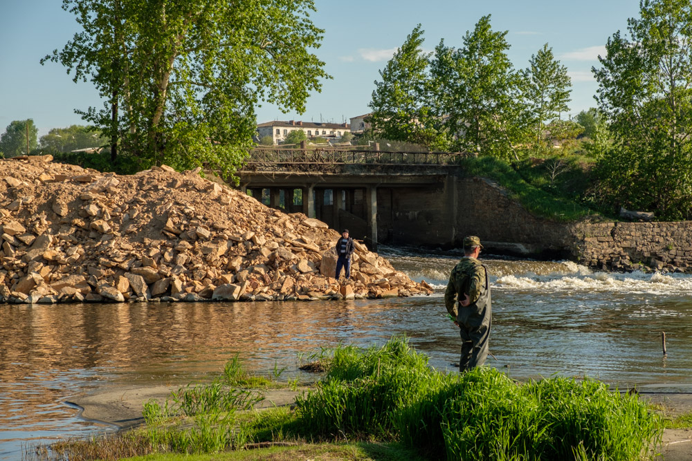 рыбаки на плотине возле села Камышево, Белоярский район