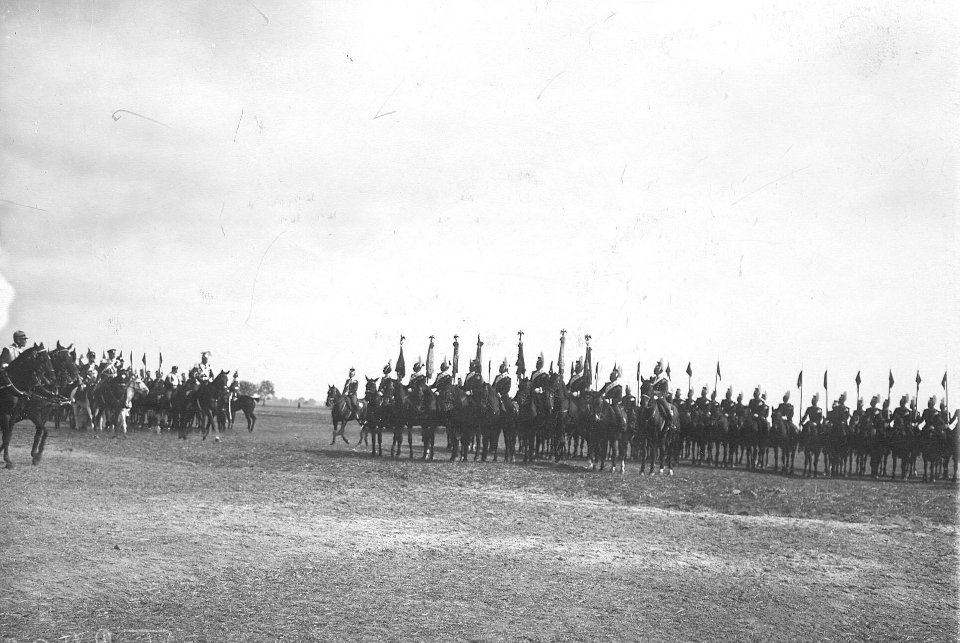 Император Николай II  объезжает ряды, выстроившихся для парада улан в день празднования 250-летнего юбилея полка