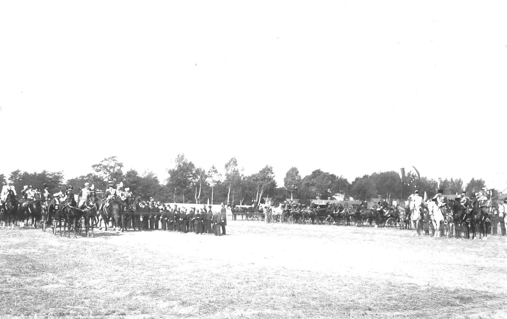 Император Николай II , прибывший на празднование 250-летнего юбилея полка, объезжает школьников полковой школы для детей солдат