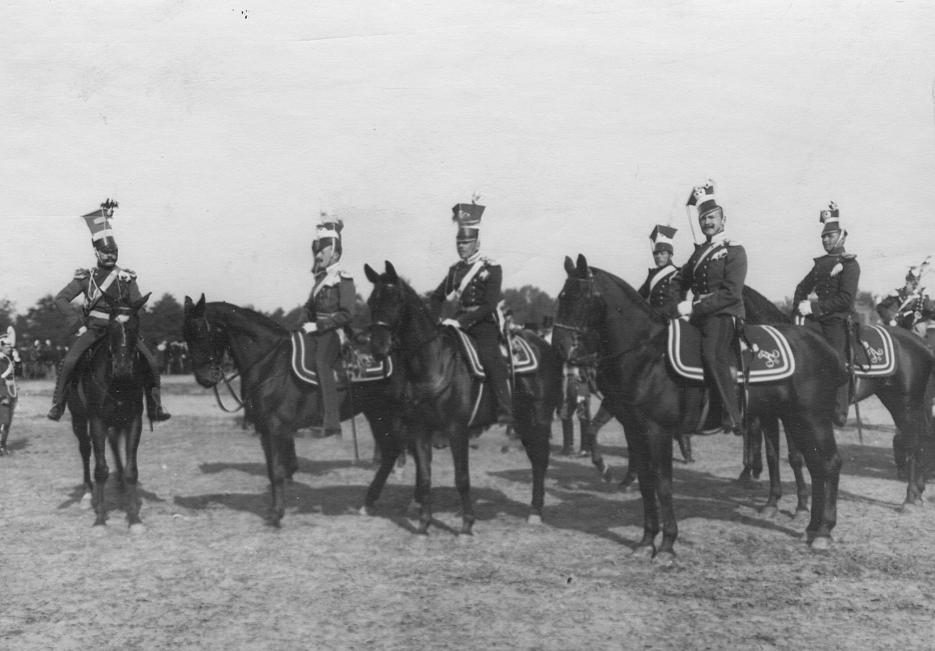Группа конных уланских офицеров и улан в исторических формах в день празднования 250-летнего юбилея полка