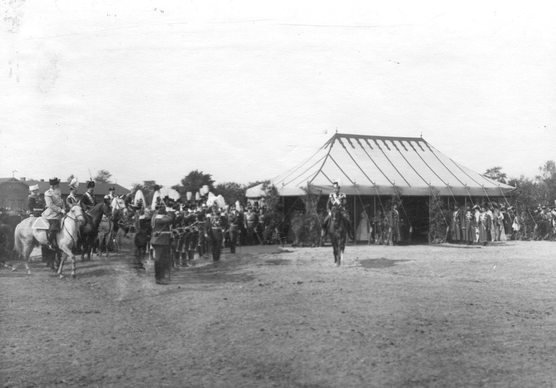 Император Николай II  объезжает германских гостей полка - гусар смерти, прибывших на празднование 250-летнего юбилея полка