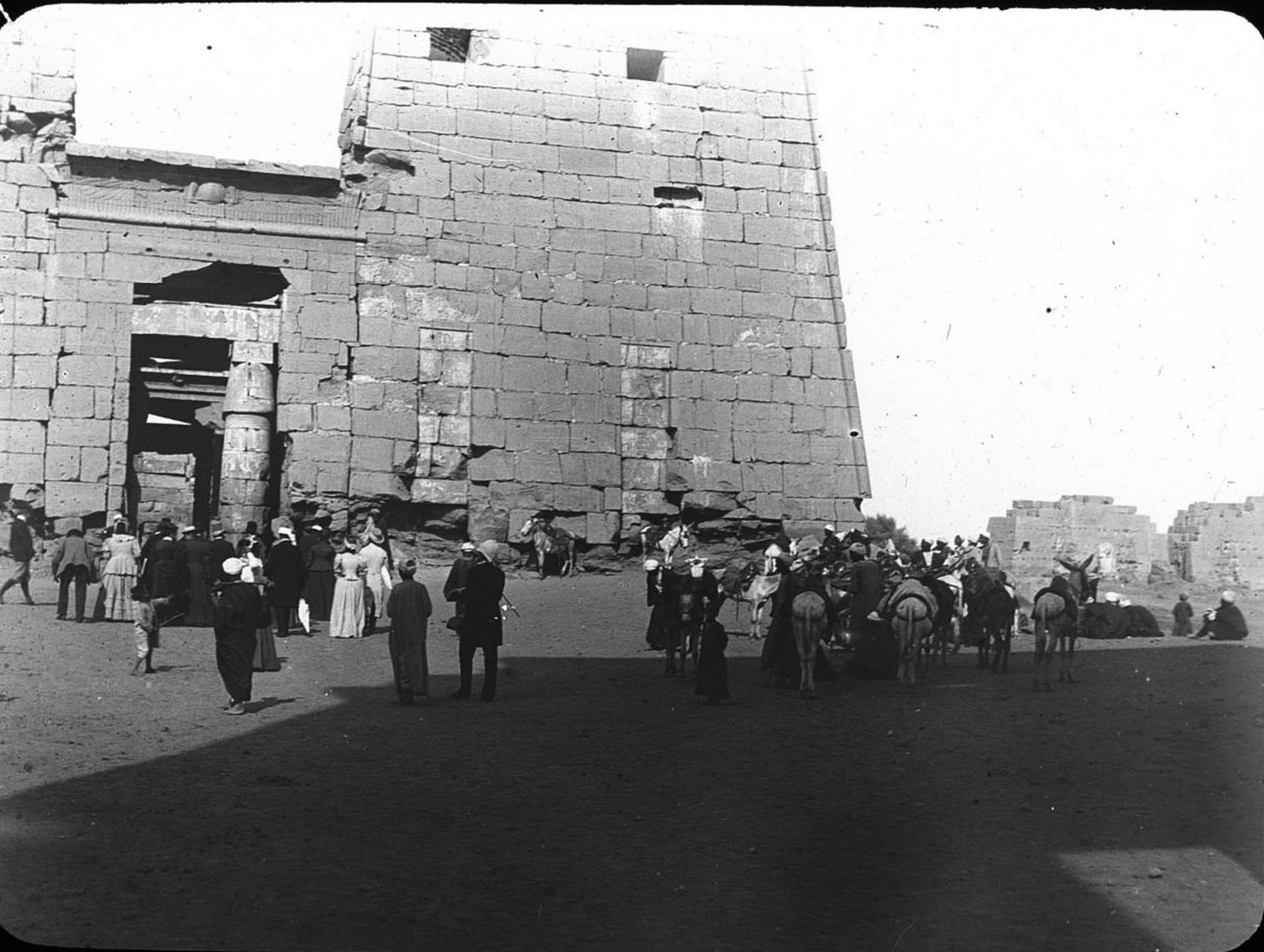 Карнак. Туристы у входа в храм