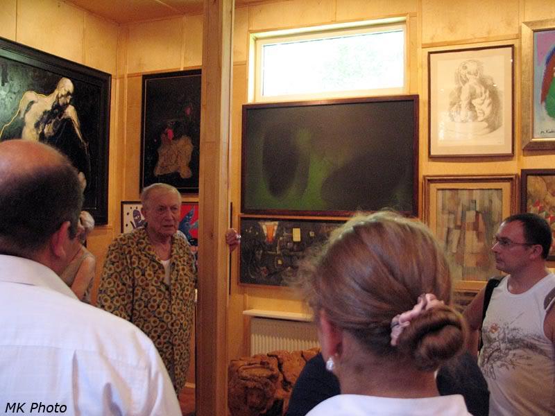 Евтушенко в картинной галерее на своей даче