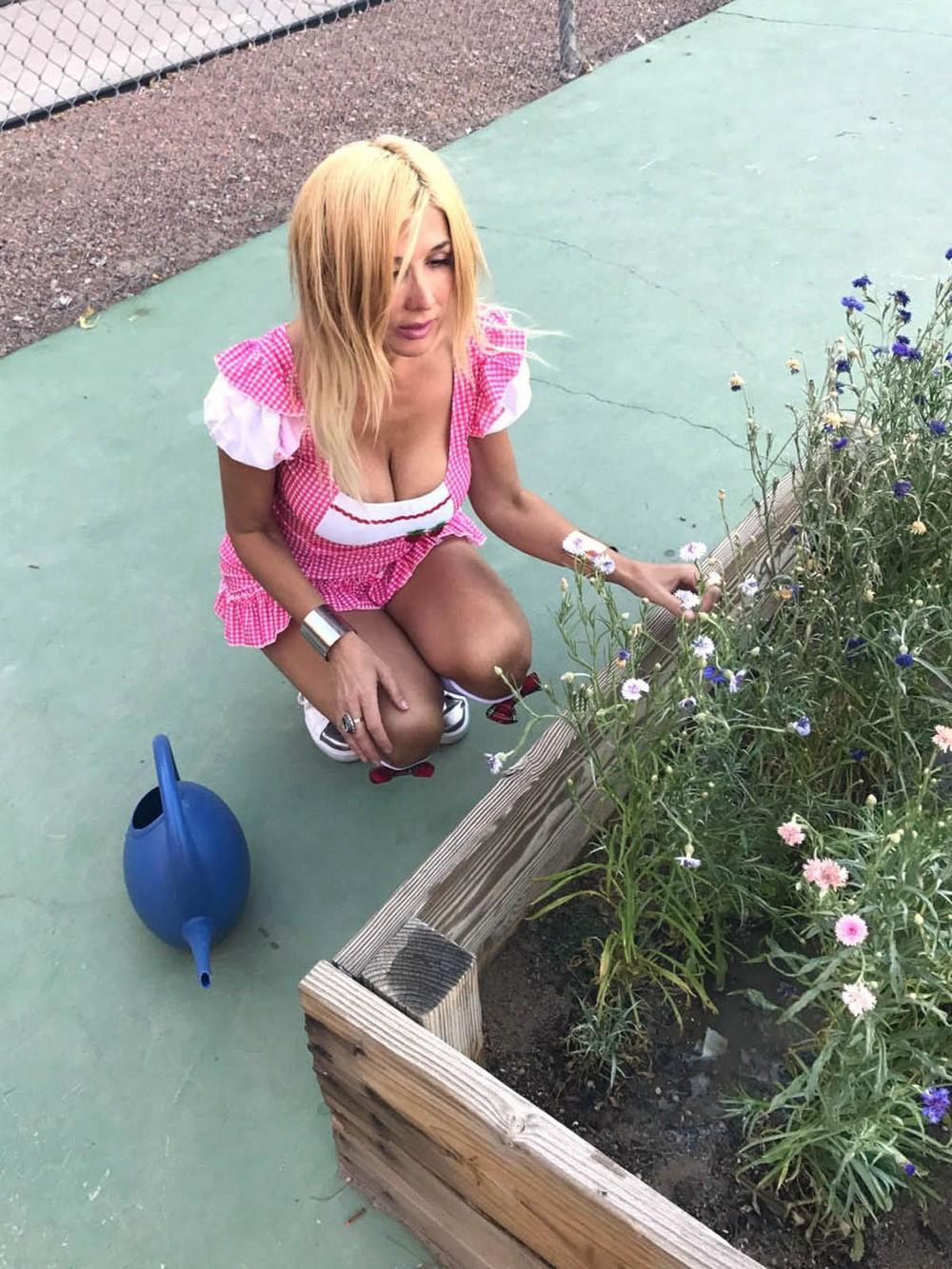 Нади Волянова поливает цветы