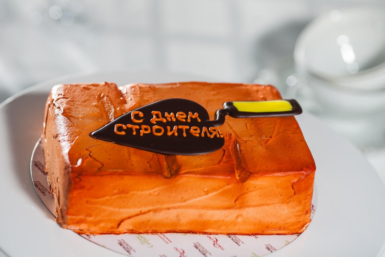 С Днем Строителя! Торт в виде кирпичей с мастерком