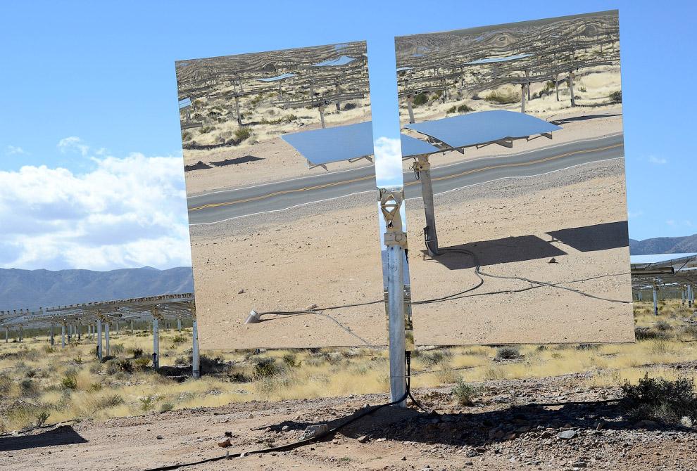 Внизу каждой из трех электростанций находятся охлаждающие системы. Вверху — паровой котел. (Фот