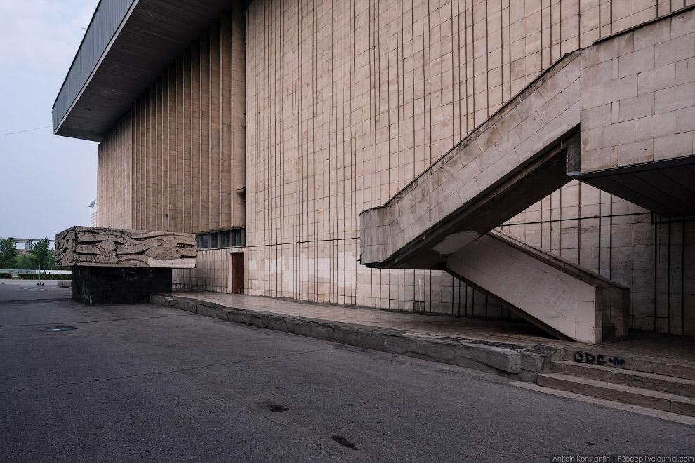 24. Дворец делится на две части: в южной располагаются малая арена, игровые и спортивные залы,