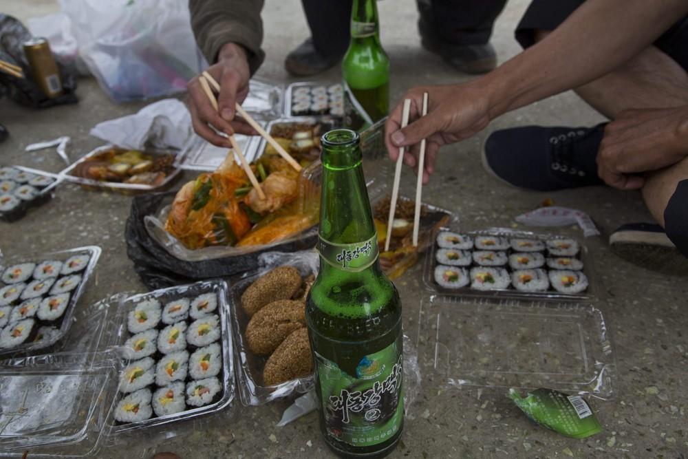 2. Пикник у дороги в провинции Хамгён-Пукто. (Photo by David Guttenfelder / AP Photo)