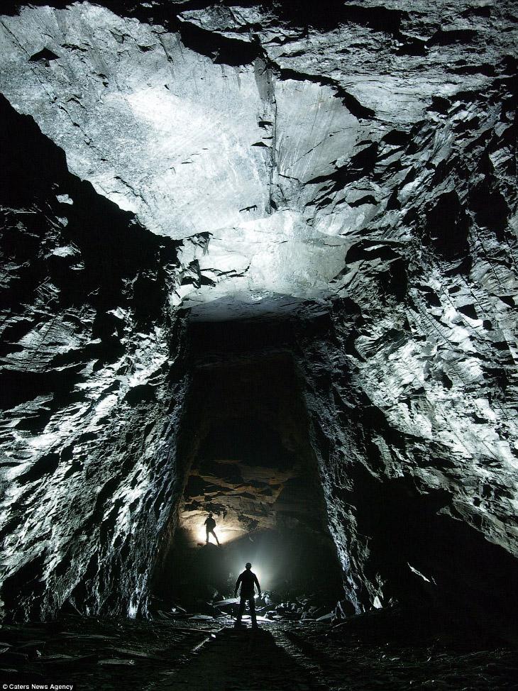 1. Гидом выступает Антонио Ллуфри и его группа с названием «Подземные исследователи C9C». Они и