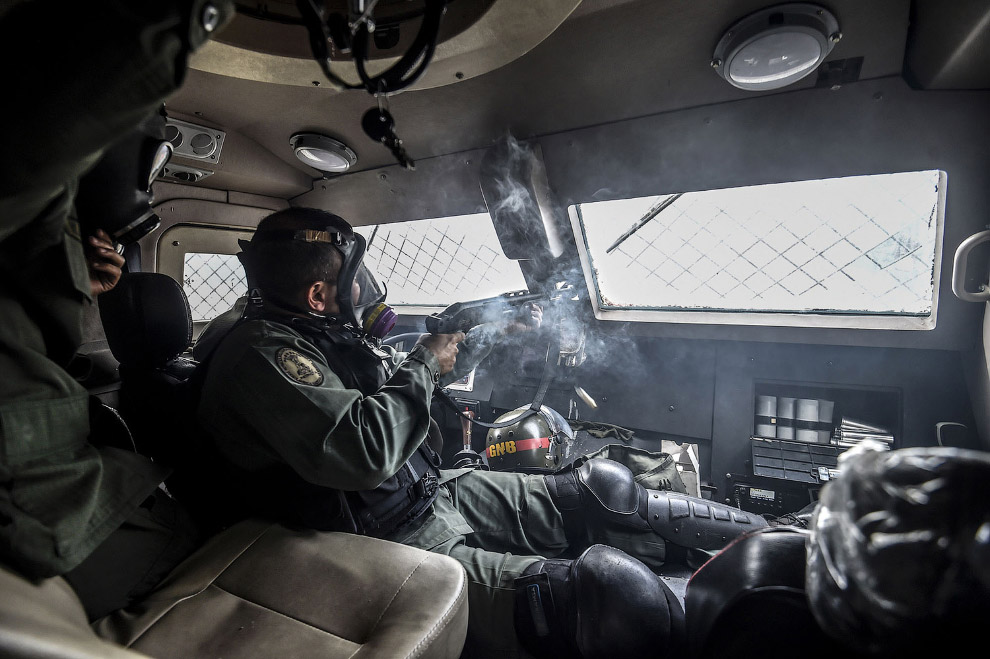 14. Коктейль Молотова прилетел. (Фото Carlos Eduardo Ramirez | Reuters):