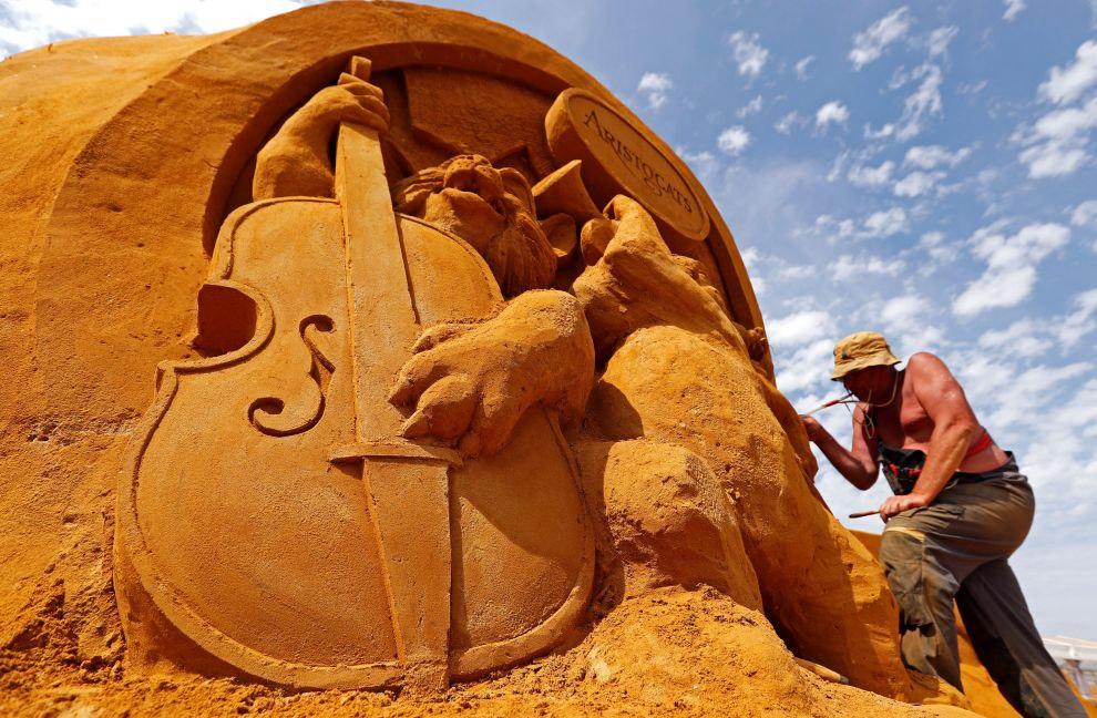 Фестиваль проходит на 10 000 кв.м, на изготовление композиций ушло около 7000 тонн песка.