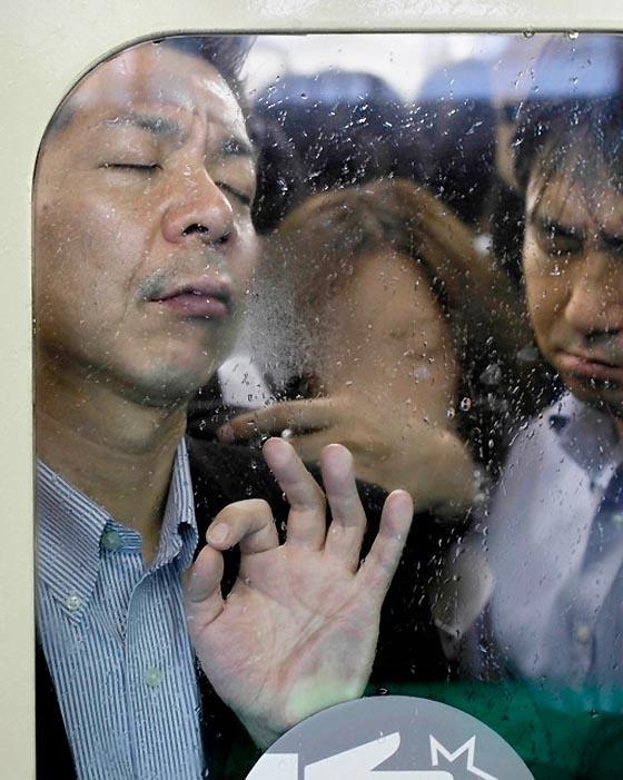 Как выглядит обычная давка в токийском метро (14 фото)