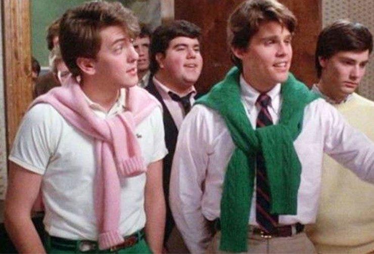…и цветные свитеры, которые «хорошие» мальчики носили исключительно повязанными на плечах. 1990-е: ц