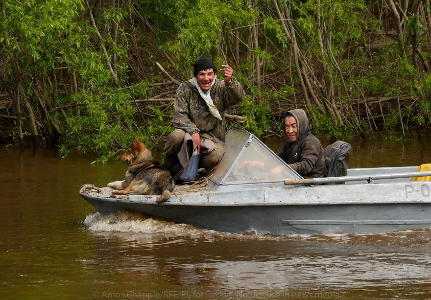 Удачливые охотники радуются будущей прибыли. За восемь дней они заработали около 100 тысяч долларов.