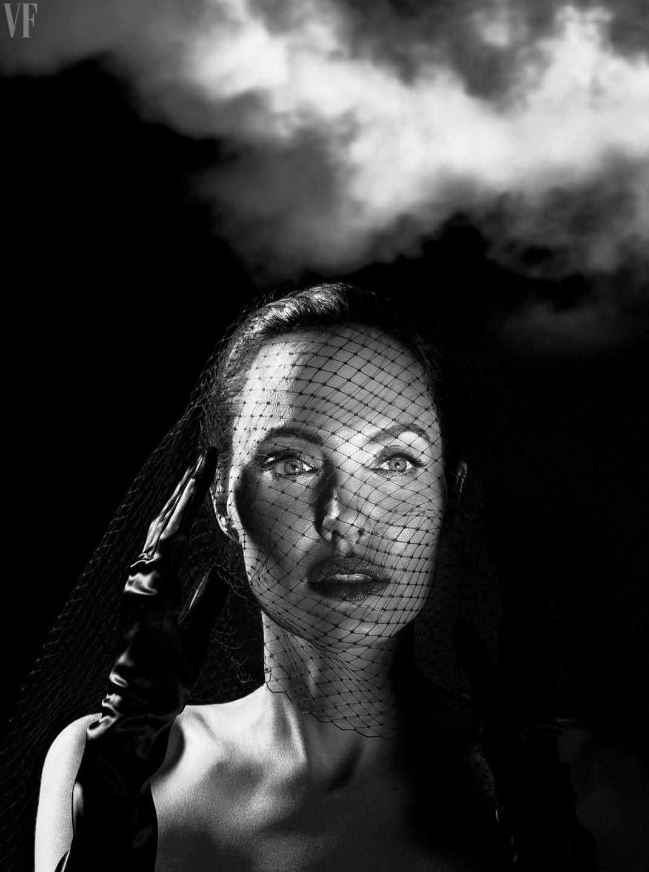 Джоли не стала называть конкретную причину, из-за которой она подала на развод. По словам актрисы, о