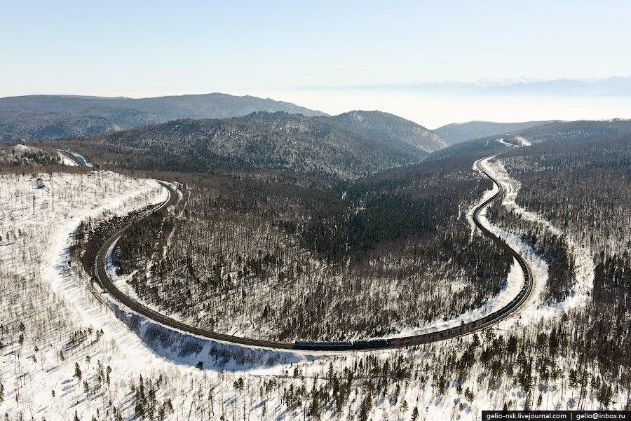 На Кругобайкальской железной дороге используется 38 тоннелей общей длиной 9063 м (самый длинный