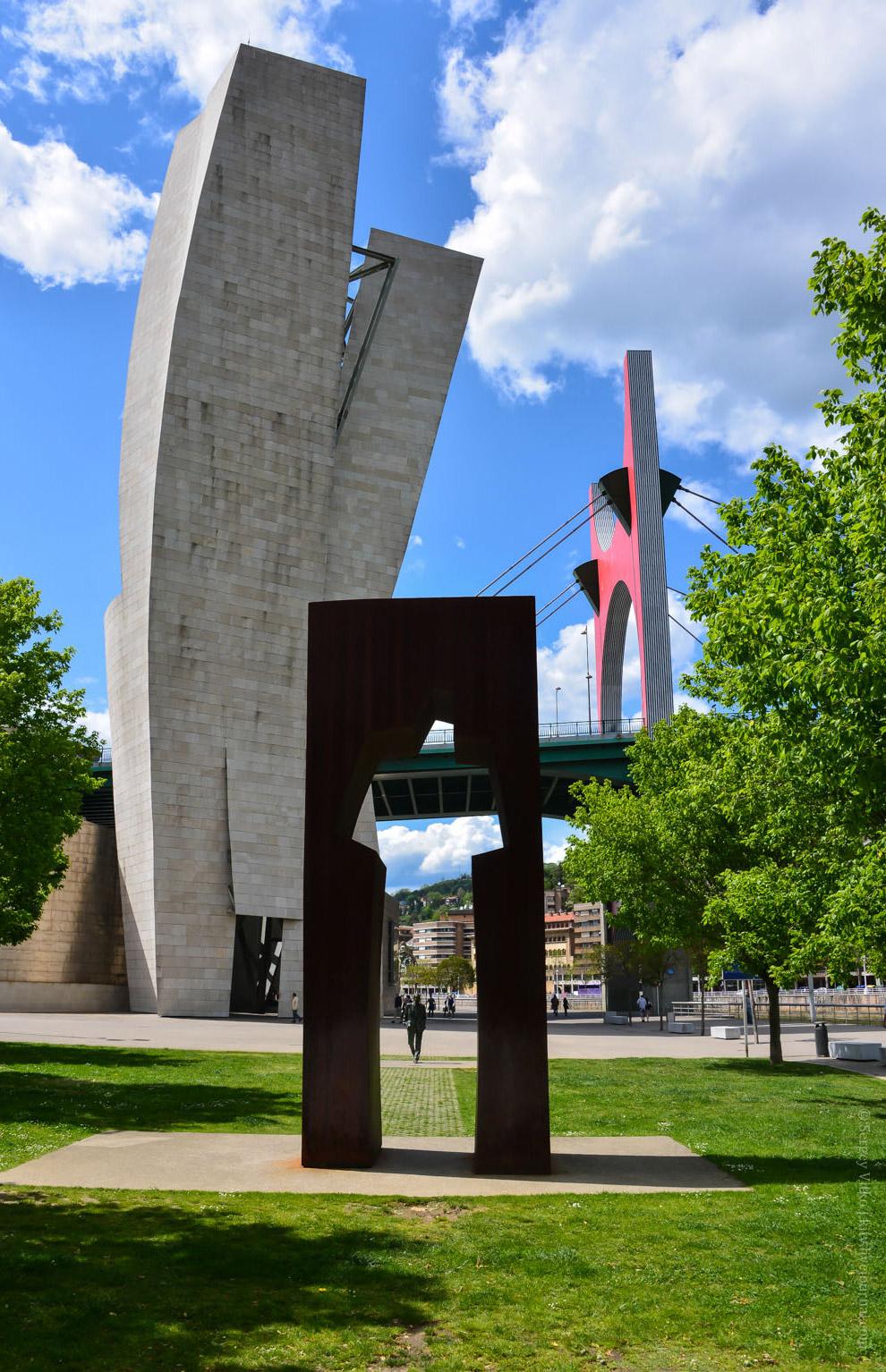 Под мостом туда-сюда разгуливает — известный нам уже паук «Mama» франко-американского художника и ск